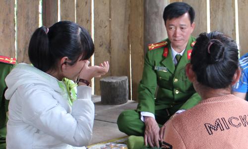 Vi Thị Thảo được công an đưa trở về với gia đình. Ảnh: Phan Giang.