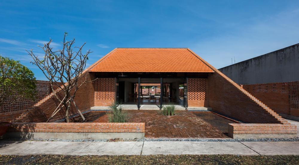 toptop 680x0 - Cuộc sống thư giãn trong ngôi nhà 'thủng mái' ở Long An