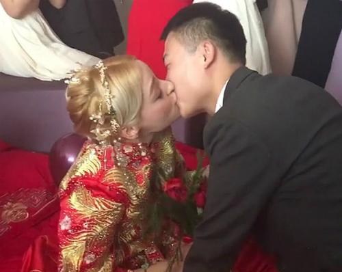 Chàng trai thoát được tiền thách cưới khổng lồ nhờ lấy vợ Tây