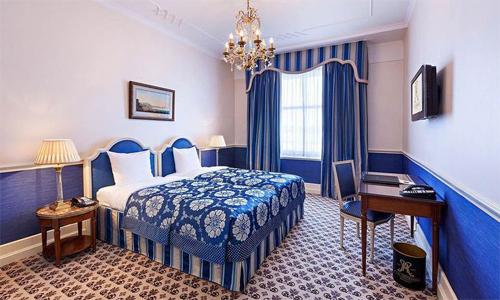 Trong khách sạn, giường thường đi kèm với hai chiếc bàn đầu giường. Ảnh: Destina.