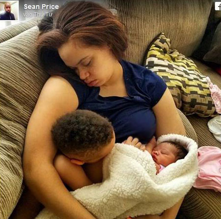 Nhiều lần chê vợ yếu đuối, chồng ân hận khi thấy vợ ngủ gục ôm con