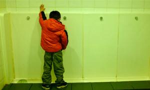 Người mẹ cảnh báo khi con suýt bị xâm hại ở toilet công cộng