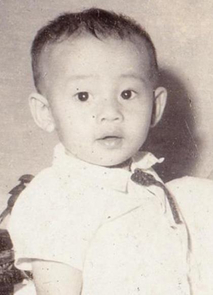 Cậu bé Vũ Khắc Tâm ngày xưa được bố mẹ nuôi hết mực yêu thương và chưa từng tiết lộ thông tin anh là con nuôi cho đến những ngày cuối đời. Ảnh: NVCC.