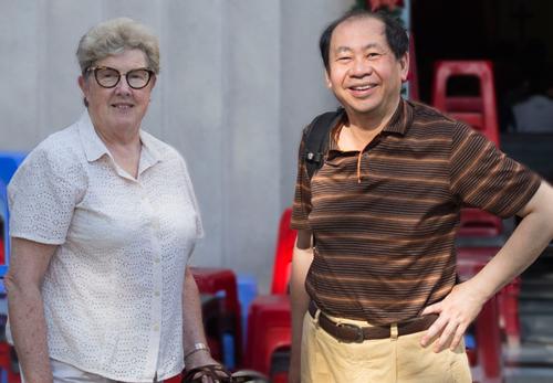 Vợ chồng anh Tâm trong một lần về Việt Nam tìm mẹ. Ảnh: NVCC.
