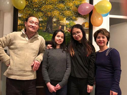 Chị Hồng Nhung hạnh phúc bên chồng và hai con gái.