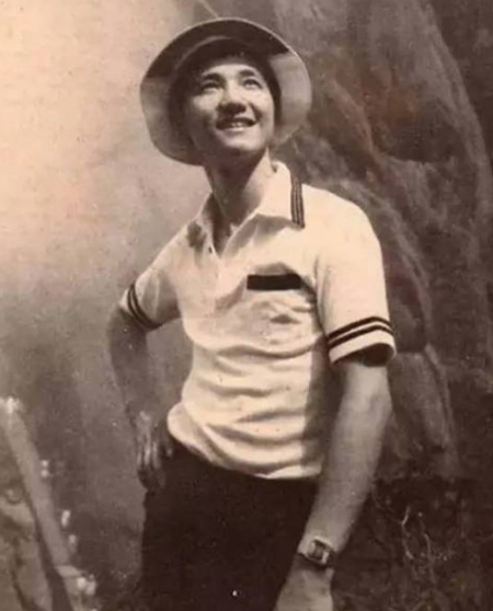 Hu Hai sinh năm 1950, trong một gia đình 7 anh chị em, cha hoạt động trong quân đội. Từ khi còn nhỏ, ông đã thẻ hiện năng khiếu về thể thao. ở tuổi 15, ông từng đoạt giải trong cuộc thi súng quốc gia