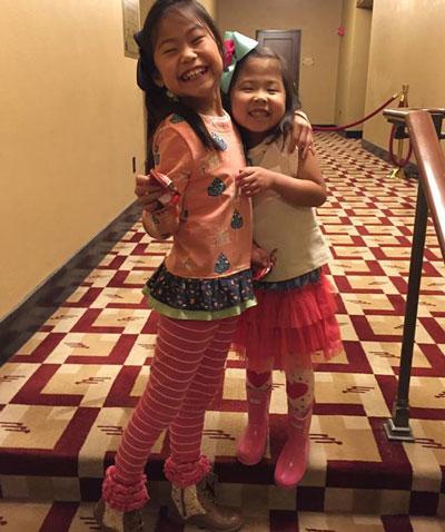 Hai cô bé không thể ngờ lại tìm được chính chị em ruột trên đất Mỹ. Ảnh: People.