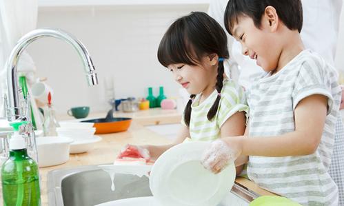 Hãy cho trẻ làm việc nhà càng sớm càng tốt - Ảnh: Good Housekeeping