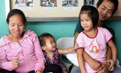 Sau hơn hai tháng nỗ lực tìm kiếm, vợ chồng chị Chiêu cũng gặp được bé Linh (phải). Ảnh: Phan Thân.