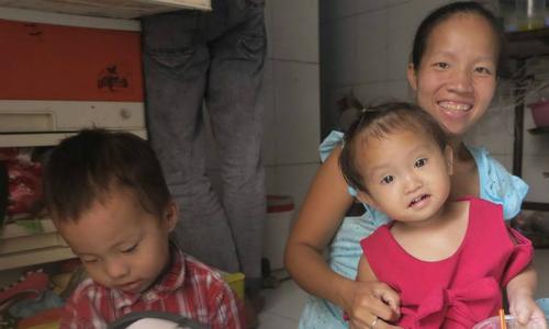 Thời gian tới, vợ chồng anh Phước sẽ gửi các con cho ông bà ngoại để đi làm, tiết kiệm tiền cho chị Chiêu sinh con thứ 4. Ảnh: Phan Thân.