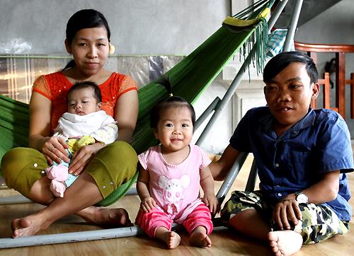 Anh Thu bên người vợ kém 9 tuổi, con gái gần 2 tuổi và con trai 2 tháng tuổi. Ảnh: Phan Dương.