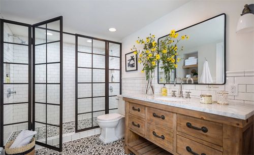 WC rộng đẹp nhưng bất tiện khi bạn có nhu cầu soi gương lúc đánh răng, rửa mặt. Ảnh minh họa: Freshome.