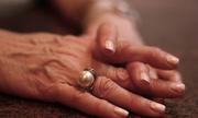 Chồng triệu phú không để lại xu nào cho vợ khi qua đời