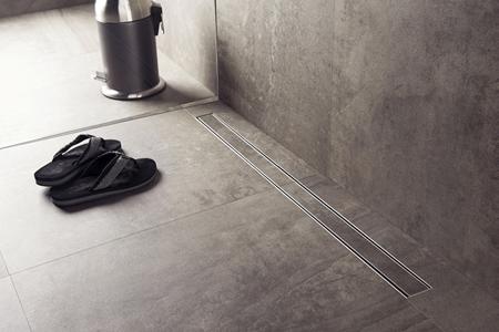 Các rãnh thoát được làm từ gạch men và thép không gỉ, dễ dàng nâng lên để làm vệ sinh khi cần.