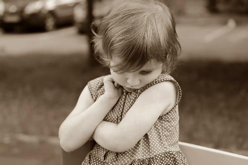 Những bé được bao bọc quá hoặc gia đình neo người thường nhút nhát - Ảnh: Pixabay.
