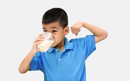 Bổ sung sữa tươi vào khẩu phần ăn hằng ngày giúp đảm bảo dinh dưỡng cho trẻ nhỏ
