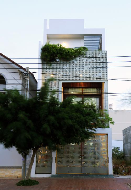 Ngôi nhà chỉ thoáng một mặt nhưng phòng nào cũng có cửa sổ
