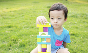 Trẻ hơn 28 tháng chưa biết nói có phải tự kỷ không?