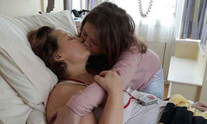 Nụ hôn cuối cùng của người mẹ ung thư và con 8 tuổi
