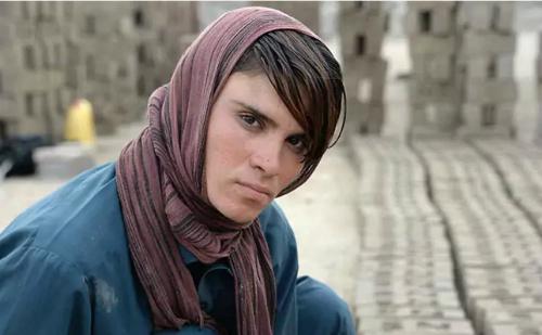 Sitara mặc trang phục truyền thống của đàn ông Afghanistan, cô còn đội khăn để che mái tóc ngắn cũn cỡn và cháy nắng của mình - Ảnh: AFP