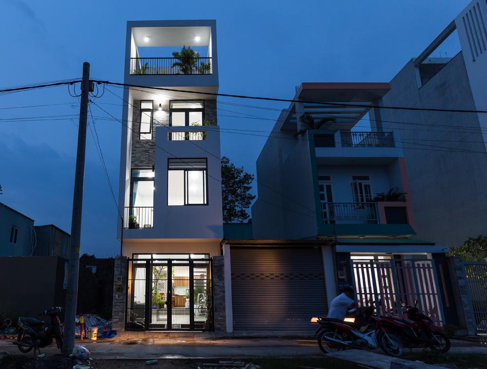 Nhà 4 tầng khang trang ở Sài Gòn xây chưa tới 900 triệu