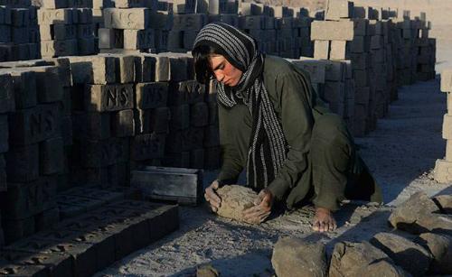 Sirata phải làm việc như một người đàn ông trụ cột của gia đình - Ảnh: AFP