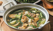 Lẩu gà nấu tiêu xanh cho gia đình sum họp ngày lễ