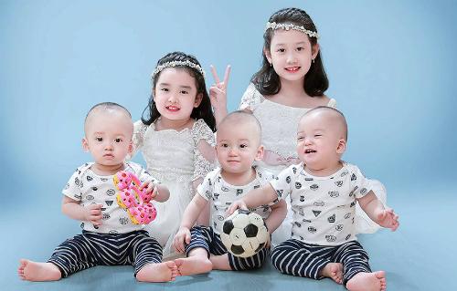 5 em bé đáng yêu của vợ chồng chị Hằng. Ảnh: NVCC.