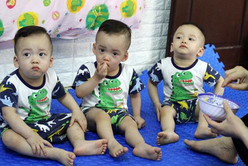Ba cậu bé theo thứ tự từ trái qua là Trần Tùng, Trần Bách và Trần Lâm. Ảnh: Phan Dương.