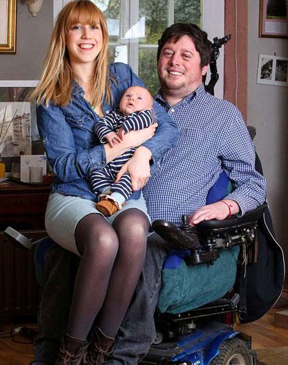 Nabarro hạnh phúc bên vợ và con trai đầu lòng. Ảnh: The Sun.
