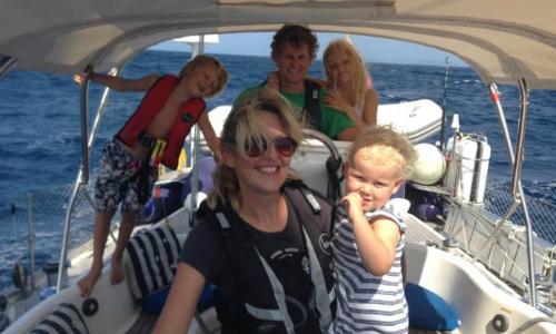 Gia đình Craven trên tàu khi đến kênh Panama. Ảnh: CNN.
