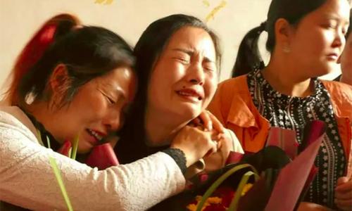Wang (ngoài cùng bên trái) không cầm được nước mắt khi gặp lại mẹ sau 21 năm bị chia cắt. Ảnh: Scmp.