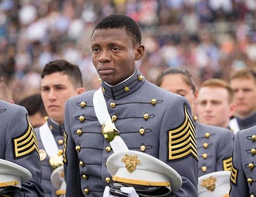 Khi từ Haiti tới Mỹ,anh Idrache không nói sõi tiếng Anh và chưa bao giờ tin rằng giấc mơ trở thành phi công quân sự sẽ thành sự thật. Ở nơi tôi lớn lên, người ta không mơ trở thành phi công, họ có những mong muốn thực tế hơn, Idrache nói. Nhưng cuối cùng, người đàn ông này đã tốt nghiệp được học viện quân sự và trở thành người lái máy bay.