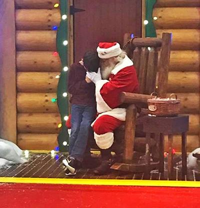 Khi tới gặp ông già Noel, Jacob ở bang Texas (Mỹ)không xin đồ chơi, quà cáp. Nguyện ước của cậu bé 12 tuổi là mong bố sớm khỏi bệnh. Anh Jason, bố của Jacob, đã ở trong viện 2 năm nay. Bức ảnh do một người đi ngang qua chụp lại và chia sẻ trên mạng. Một số người đã lập quỹ để quyên góp tiền ủng hộ cho anh Jason.
