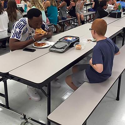 Con trai của chịLeah Paska (Florida, Mỹ)bị tự kỷ nên các bạn bè đều tránh xa cậu và thường phải ngồi một mình trong bữa trưa. Một ngày, chị nhận được bức ảnh chụp ảnh bé đang ngồi ăn với cầu thủ bóng bầu dục nổi tiếng Travis Rudolph. Người chụp hình cho biết, Travis và cậu bé đã làm quen với nhau và sau đó các cầu thủ khác có mặt ở trường hôm đó cũng ra trò chuyện cùng.