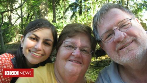 Rebecca với mẹ mình và người bố nuôi dưỡng bao năm, nhưng không phải là cha sinh học. Ảnh: BBC.