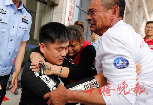 Vợ chồng ông Li đoàn tụ con trai sau 22 năm. Ảnh: Chinanews.