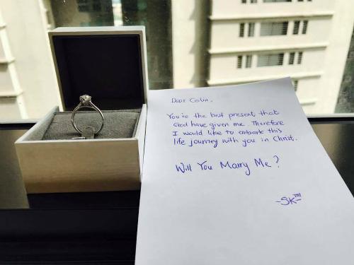 Chàng trai Malaysia ngỏ lời cầu hôn cô gái Việt bằng cách bí mật đặt nhẫn và một tờ giấy bên cửa sổ, khi nàng thức dậy vào sớm mai. Ảnh: NVCC.