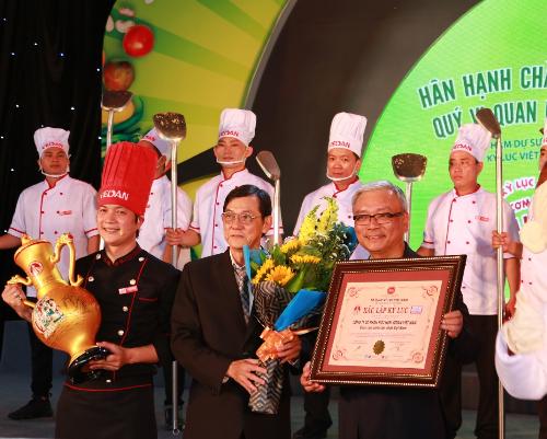 Ông Dương Khôn Tường  Tổng giám đốc Công ty CPHH Vedan Việt Nam nhận chứng nhận xác lập Kỷ lục chảo cơm chiên lớn nhất Việt Nam.