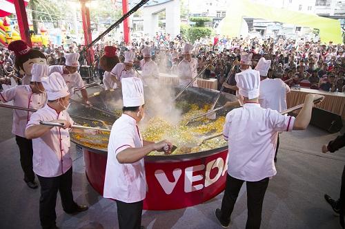 20 đầu bếp thực hiện chảo cơm chiên lớn nhất Việt Nam - 2