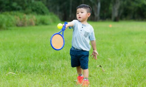 Cho trẻ tiếp xúc với các môn thể thao được những gia đình giàu có ưa thích như tennis, golf là một cách giúp con sau này dễ xây dựng được các mối giao tiếp xã hội. Ảnh:Dreamstime.