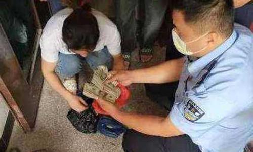 Cảnh sát tìm thấy số tiền ông Chen cất giấu nhiều năm. Ảnh: Chinanews.