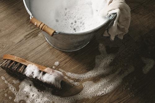 Gia chủ cần quan tâm khả năng chống ẩm của sàn gỗ khi chọn mua.