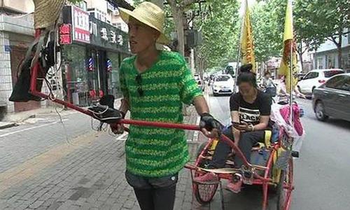 Wang kéo xích lô đưa bạn gái từ núi xuống biển - Ảnh: SCMP