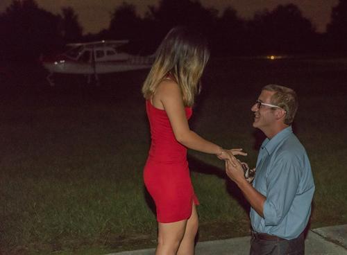 Alex run run cầu hôn Quyên đến mức quỳ cả hai gối và còn đeo nhẫn nhầm tay. Ảnh: NVCC.