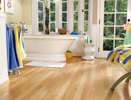 Phòng tắm có thể dùng sàn gỗ có khả năng chống thấm nước tốt.
