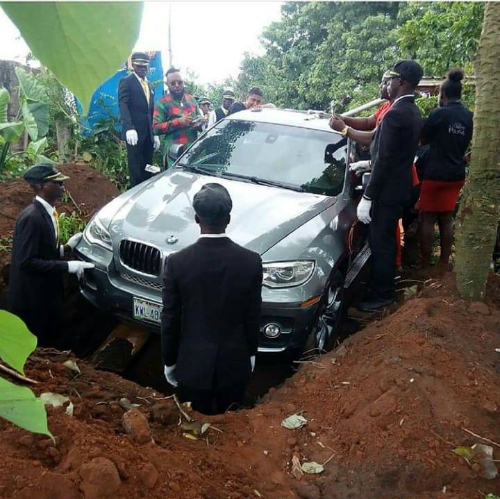 Người con chôn bố trong xe như một cách báo hiếu.