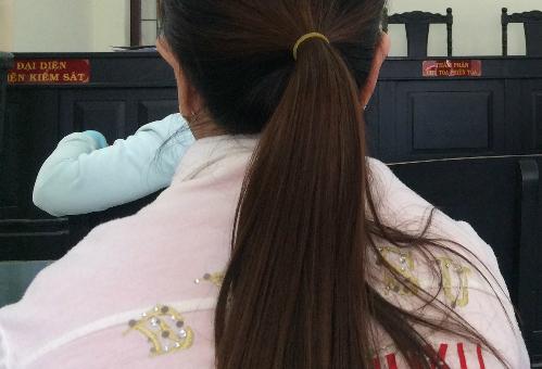 Hơn một năm qua, chị Ái phải thường xuyên nghỉ việc để vượt hơn 70km đến các cơ quan chức năng xin, chứng nhận giấy tờ để được tòa thụ lý đơn ly hôn. Ảnh: P.T