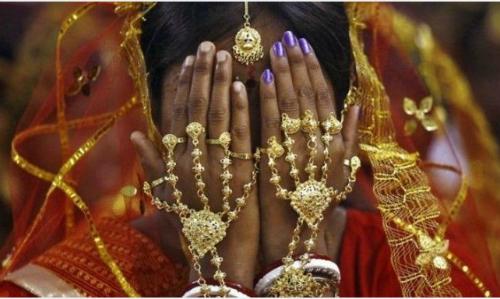 Người vợ sử dụng mạng che mặt vì do rối loạn nội tiết khiến cô có râu, giọng nói ồm ồm. Ảnh:Indiatimes.