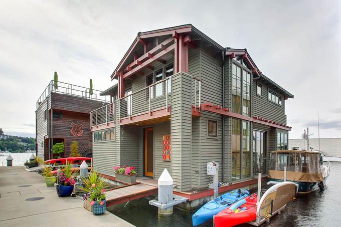 Ngôi nhà có một tầng nằm dưới mặt nước